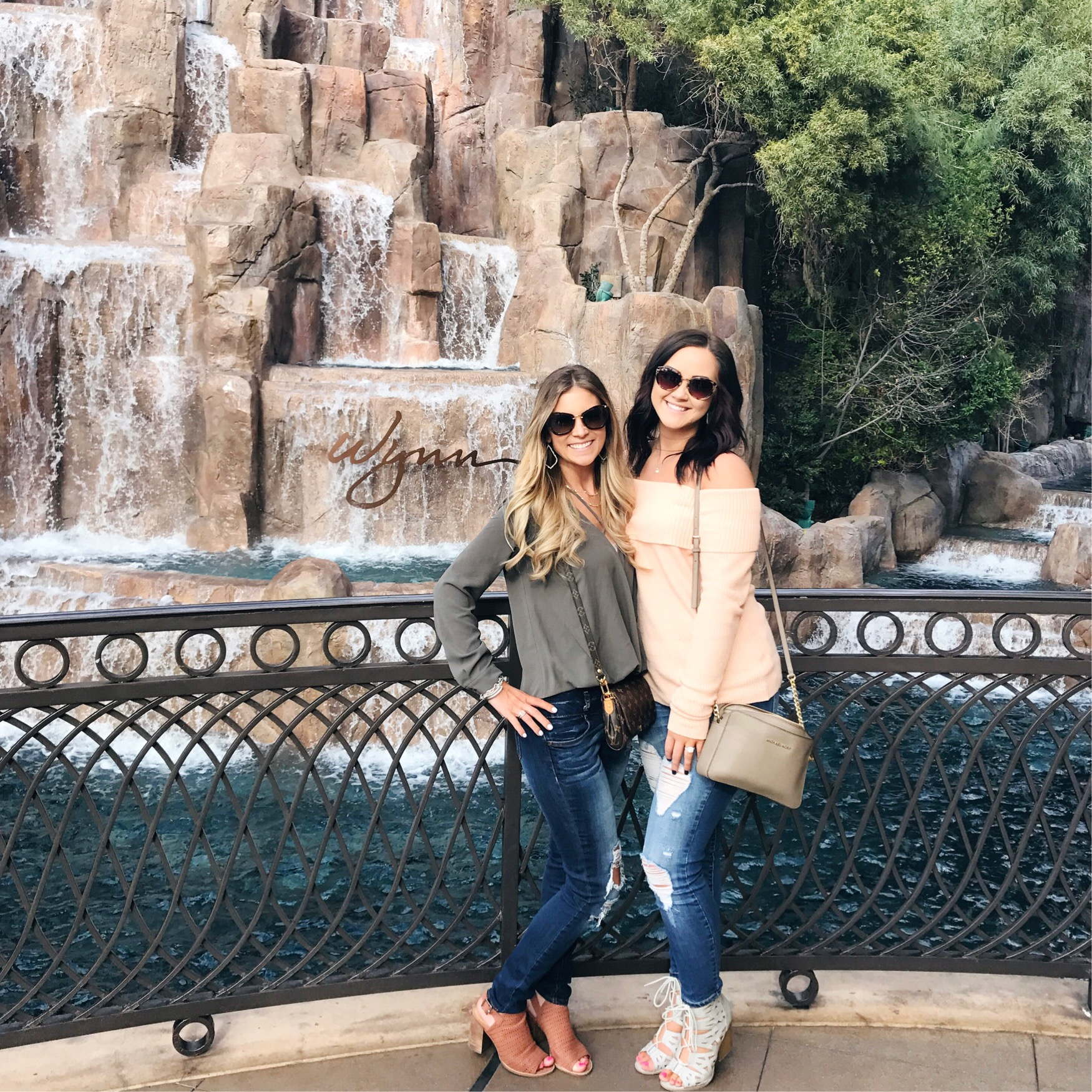 Guide for what to do in Las Vegas! Where to stay, what to eat, what shows to see and where to shop. Click through to see all of my recommendations at littleloveliesblog.com